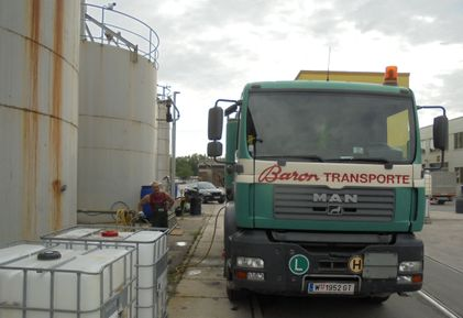 Tankwagen pumpt Container aus